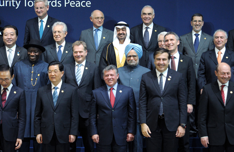 The Prime Minister, Dr. Manmohan Singh with the leaders of the Nuclear Security Summit, in Seoul on March 27, 2012.