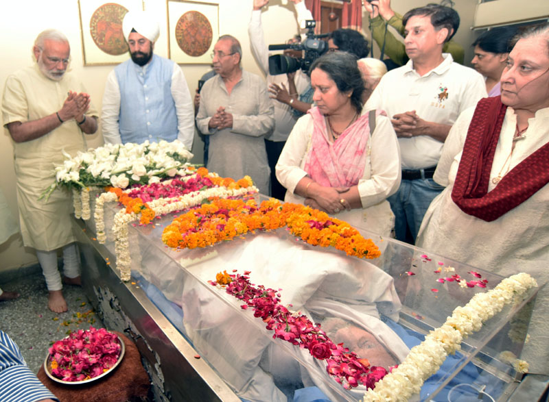 The Prime Minister, Shri Narendra Modi paying his last respects to Shri Balraj Madhok, in New Delhi
