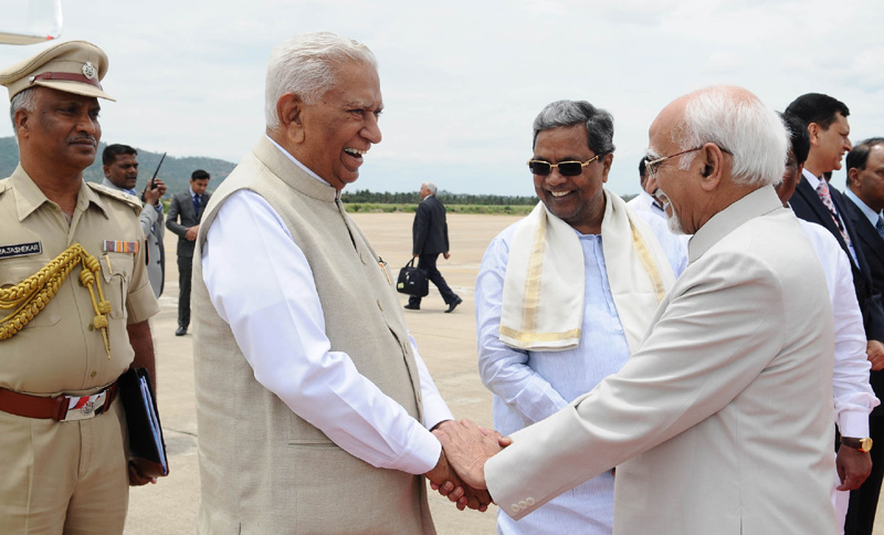 The Vice President, Shri M. Hamid Ansari being bid farewell by the Governor of Karnataka, ..