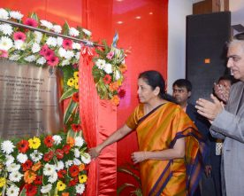 The Minister of State for Commerce & Industry (Independent Charge), Smt. Nirmala Sitharaman unveiling the plaque to lay the foundation stone of the Indian Institute of Gem & Jewellery (IIGJ) – Varanasi Extension Campus, in Varanasi