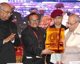 The President, Shri Pranab Mukherjee being felicitated at the closing..