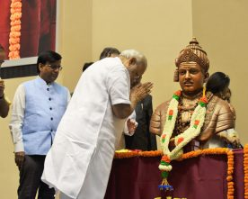 The Prime Minister, Shri Narendra Modi paying homage to Lord Basaveshwara..