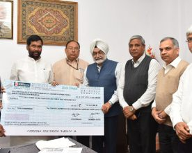CWC hands over a dividend cheque of Rs.53.14 crore to  Ram Vilas Paswan